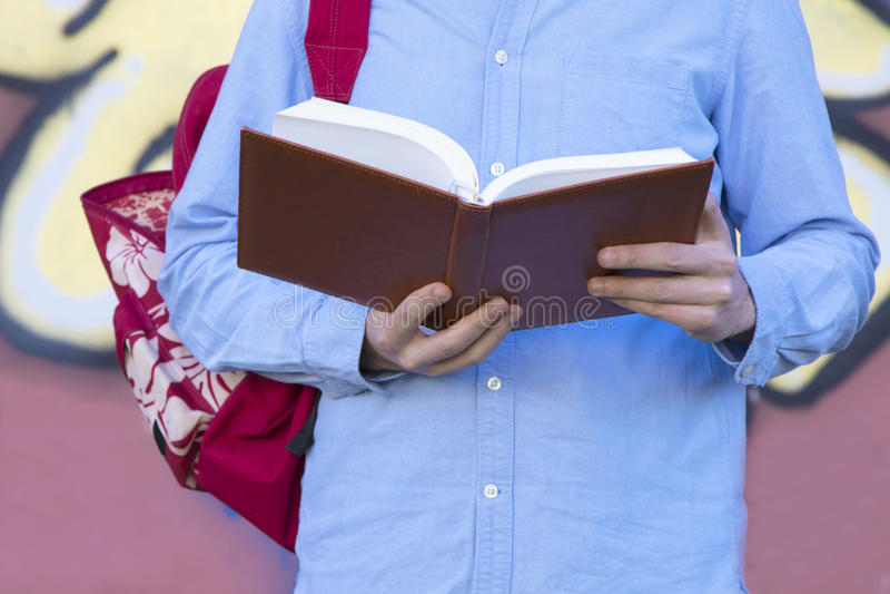 Молодой человек с книгой стоковые изображения