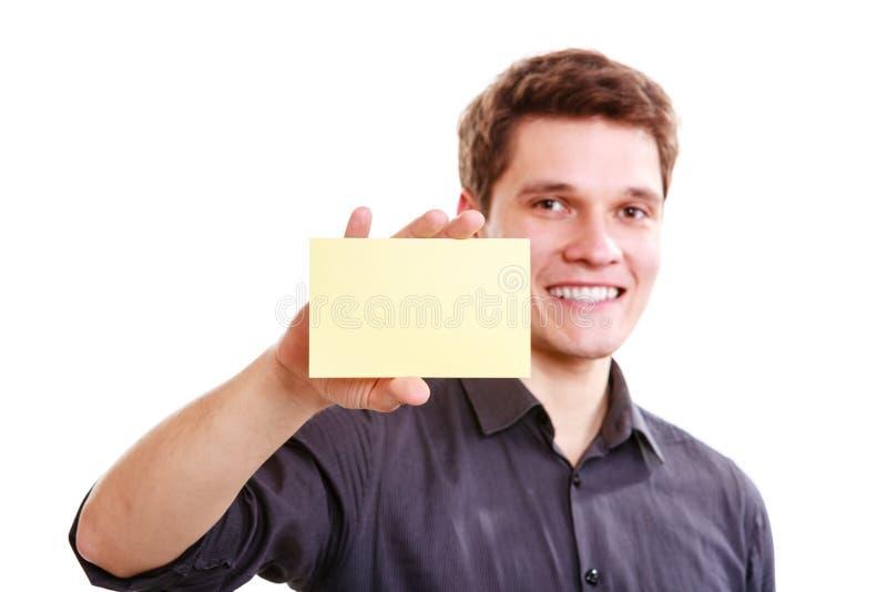 Молодой человек с куском бумаги стоковое изображение rf