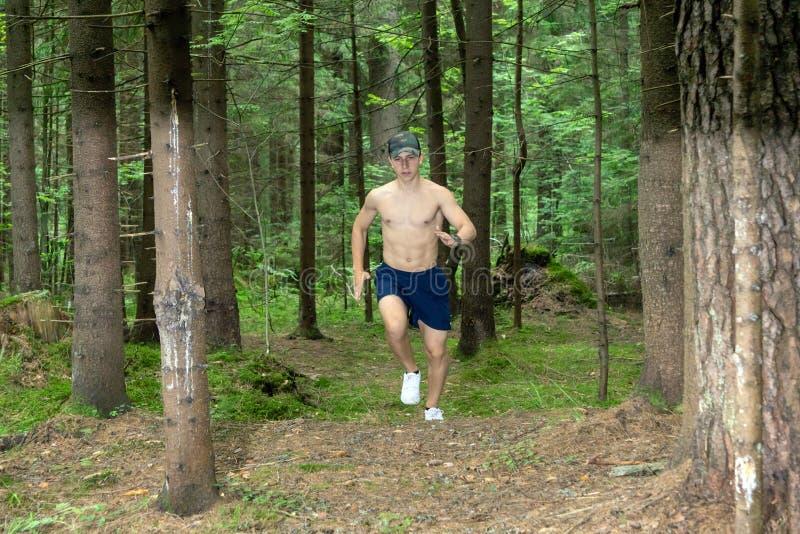 Молодой человек с мышечным чуть-чуть комодом стоковые фотографии rf