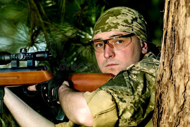 Молодой человек с пневматическим ружьем стоковое изображение rf