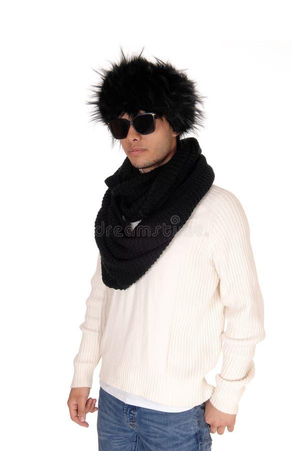 Молодой человек с солнечными очками и меховой шапкой стоковые фотографии rf