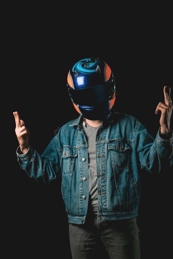 Молодой человек с участвовать в гонке оружи шлема и руки, hitman, тысячеле стоковая фотография