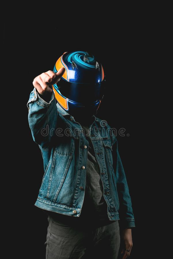 Молодой человек с участвовать в гонке шлем указывая, hitman, тысячелетний стоковые фотографии rf