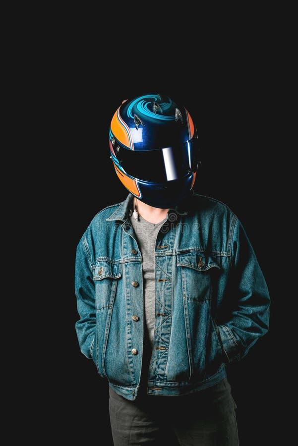 Молодой человек с участвовать в гонке шлем, hitman, тысячелетний стоковая фотография rf