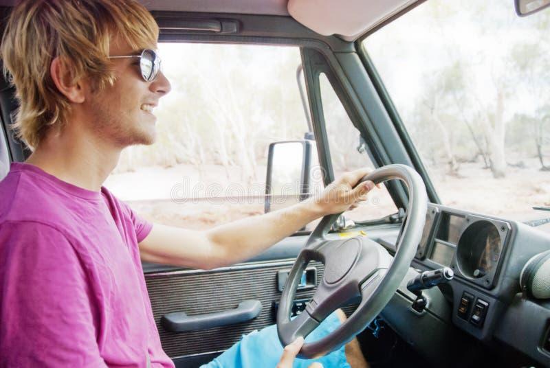 Молодой человек управляя автомобилем стоковое изображение