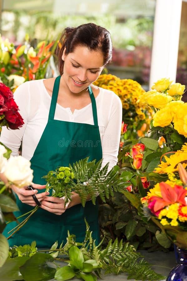 Молодой florist подготовляя магазин магазина букета цветков стоковая фотография
