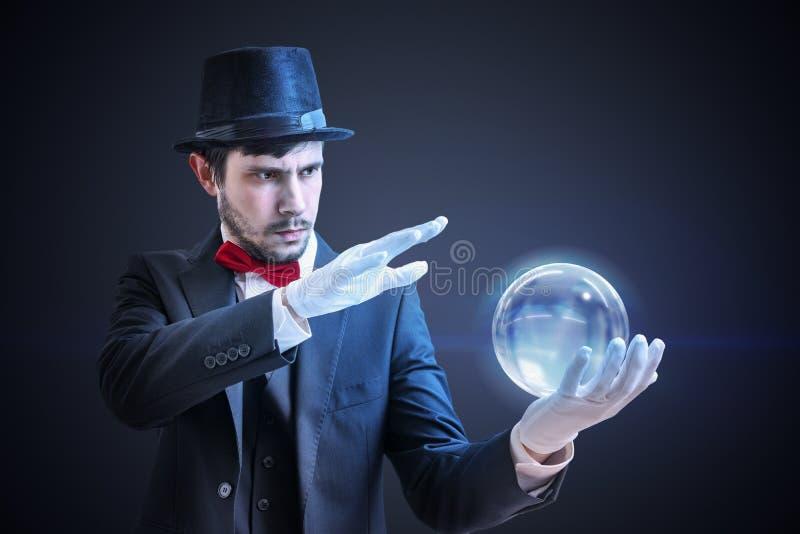 Молодой illusionist предсказывает будущее и удачу говоря от волшебного шарика стоковые изображения rf
