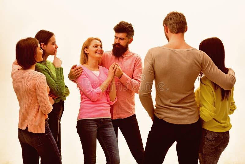 Молодость, друзья и говорить пар Молодые люди тратит отдых совместно, жизнерадостная компания висит вне Студенты, счастливые стоковое изображение rf