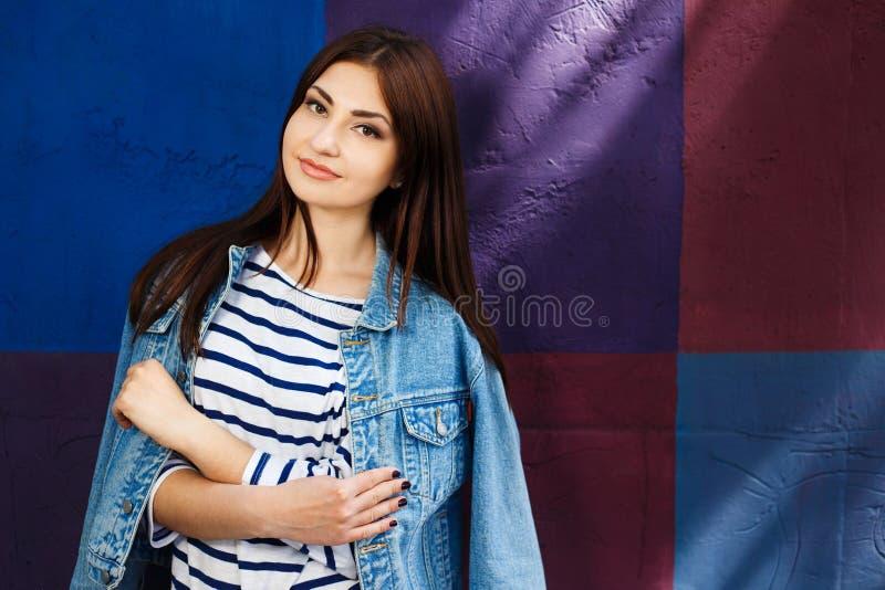 Молодость, стиль города, мода женщин, outerwear, джинсы носит Молодой s стоковое изображение