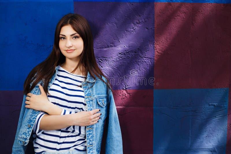 Молодость, стиль города, мода женщин, outerwear, джинсы носит Молодой s стоковые изображения