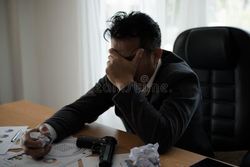 Молодые азиатские бизнесмены усиливают отказ в деятельности на таблице w стоковые изображения rf