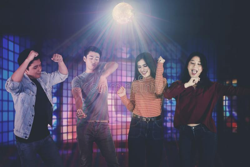 Молодые азиатские люди имея потеху в ночном клубе стоковые изображения