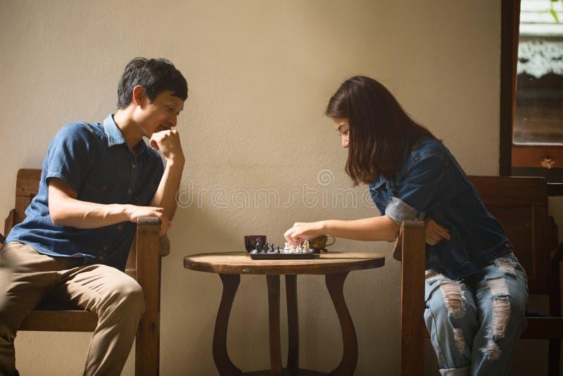 Молодые азиатские пары в влюбленности счастливой стоковая фотография