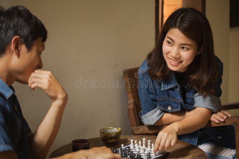 Молодые азиатские пары в влюбленности счастливой стоковое фото rf