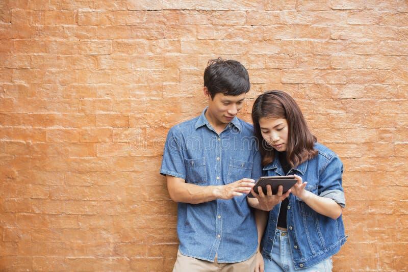 Молодые азиатские пары в влюбленности счастливой стоковое изображение rf