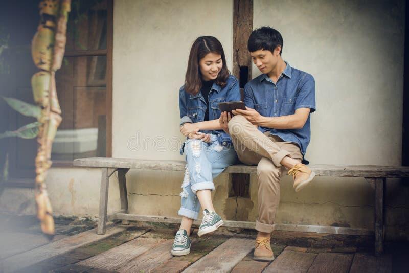 Молодые азиатские пары в влюбленности счастливой стоковые изображения rf