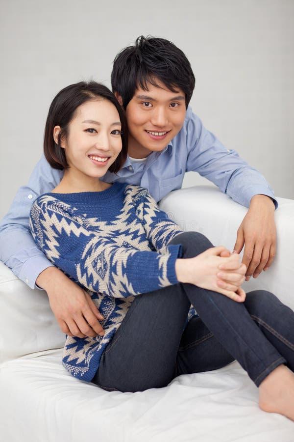 Молодые азиатские пары в доме стоковые фотографии rf