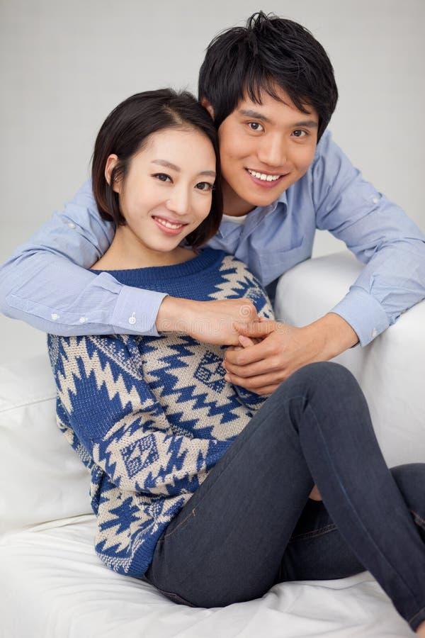 Молодые азиатские пары в доме стоковое изображение rf