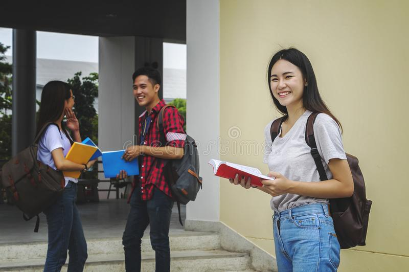 Молодые азиатские студент и друзья женщины обучают экзамен с stu стоковое изображение rf