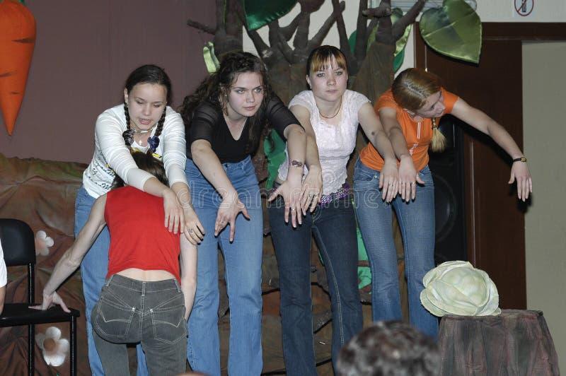 Молодые актрисы, действующие на сцене в роли актрис стоковые фото