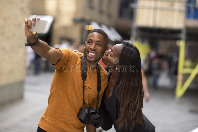 Молодые Афро-американские пары принимая selfie стоковая фотография