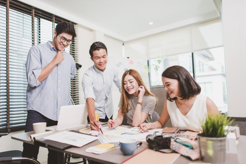 Молодые бизнесмены группы имеют встречу и деятельность в офисе крытом стоковая фотография rf