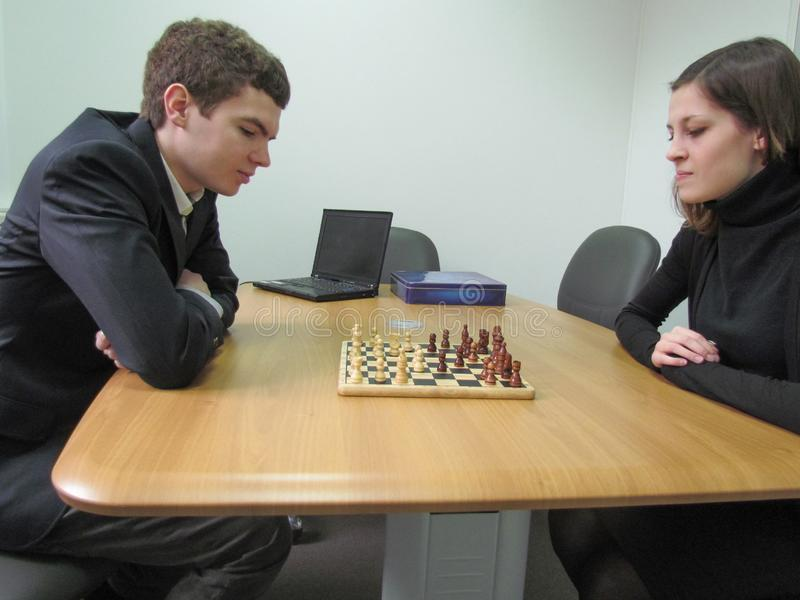 Молодые бизнесмены играя шахмат на офисе стоковые изображения