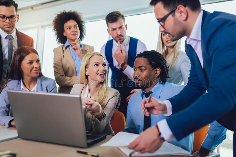 Молодые бизнесмены работая совместно в творческом офисе r стоковые изображения rf