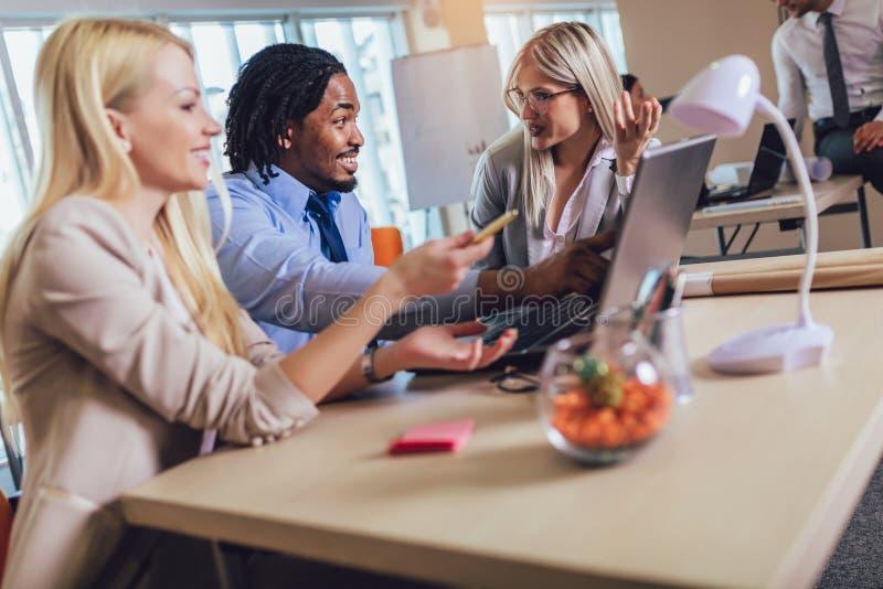 Молодые бизнесмены работая совместно в творческом офисе r стоковое фото rf