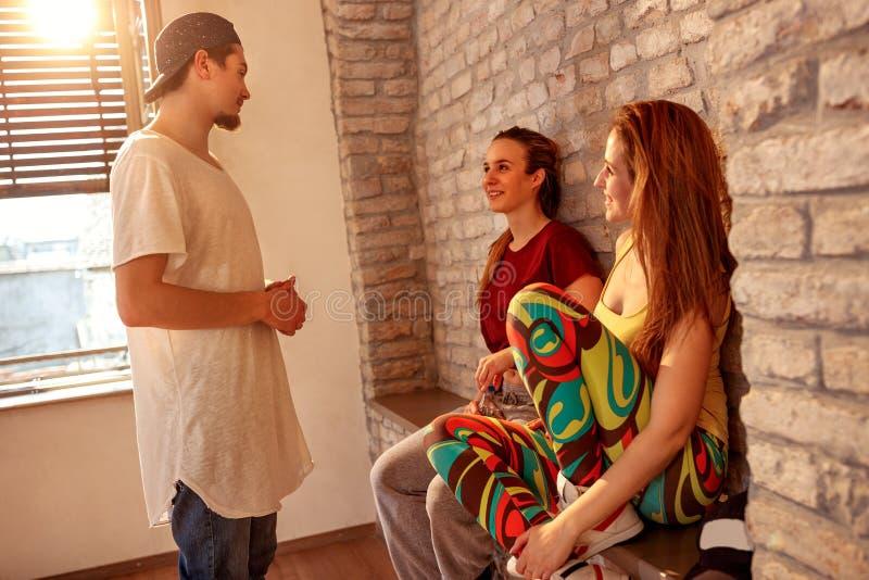 Молодые более плотные люди имея потеху на танцах в студии стоковые фотографии rf