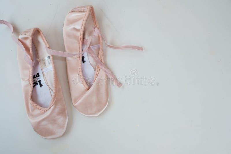 Молодые ботинки балерины/ботинки балета pointe изолированные на белой предпосылке стоковое фото rf