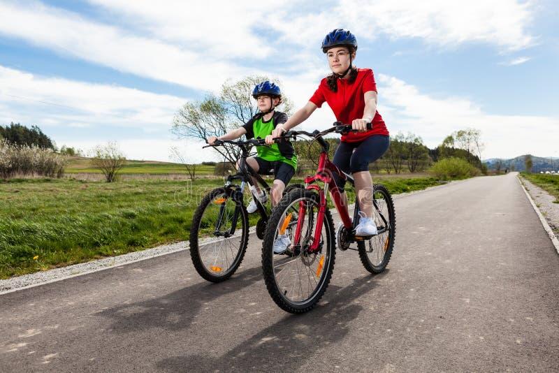 Молодые велосипедисты стоковая фотография