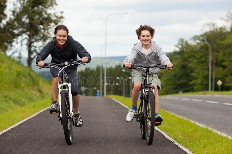 Молодые велосипедисты стоковое изображение rf