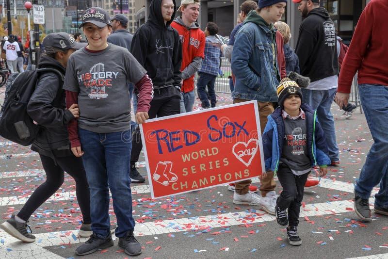 Молодые вентиляторы празднуют отборочные матчи чемпионата мира Бостон Ред Сокс выигрывают стоковое изображение