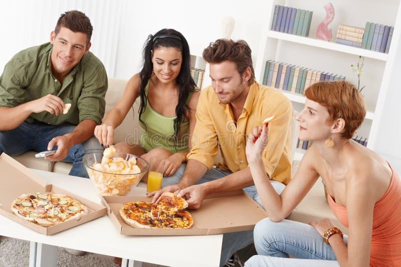 Молодые друзья имея партию дома стоковые фотографии rf