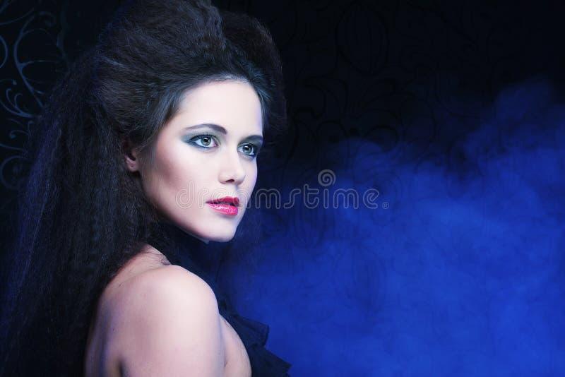 Молодые женщина брюнет с высокими волосами и яркие составляют, готический стоковые фото