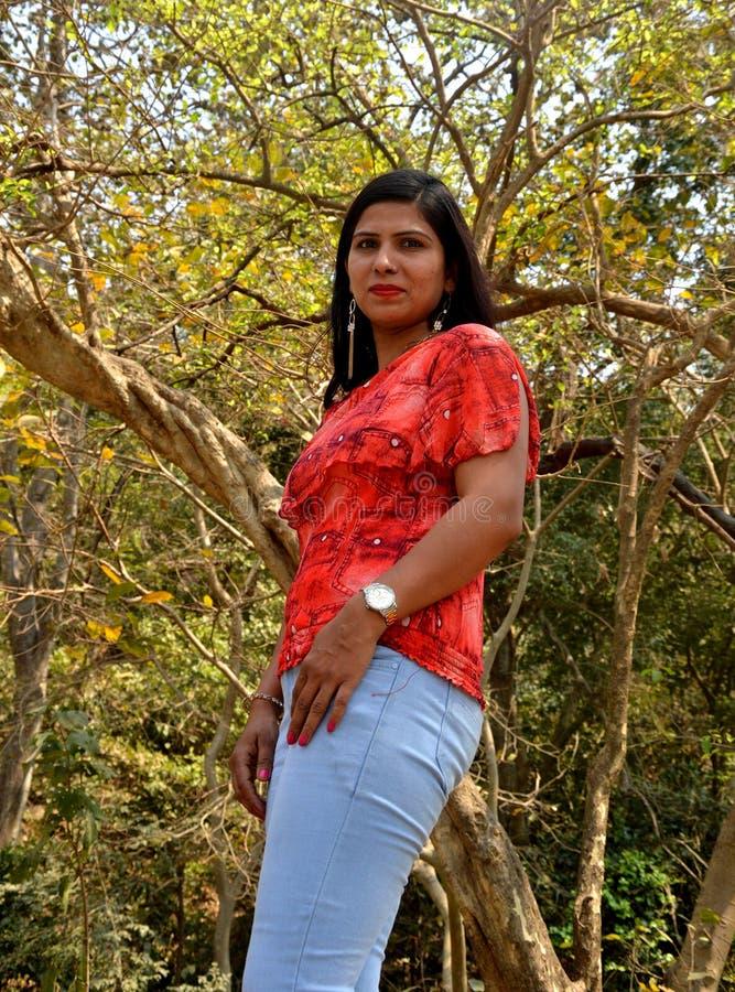 Молодые женщины в лесе стоковое изображение