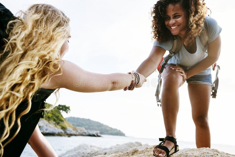 Молодые женщины помогая одину другого стоковые фотографии rf