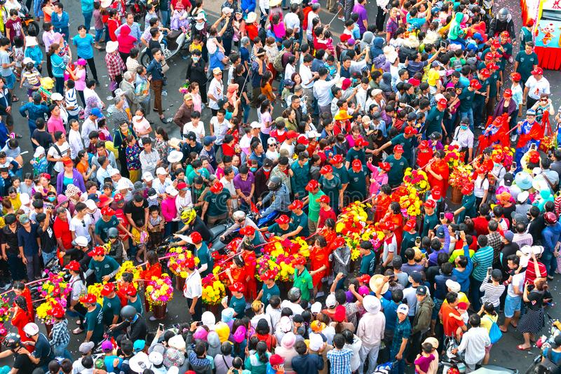 Молодые женщины фонарика фестиваля китайские нося цветки проходят парадом на улице стоковые фото