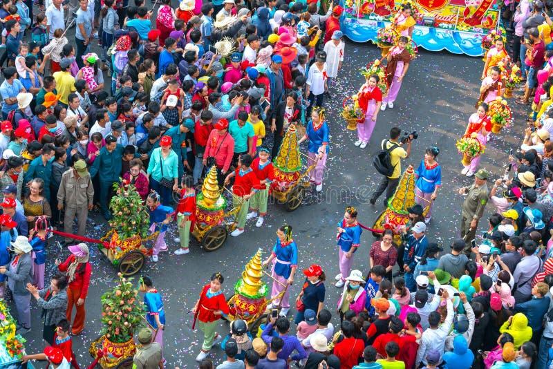 Молодые женщины фонарика фестиваля китайские нося цветки проходят парадом на улице стоковые изображения rf