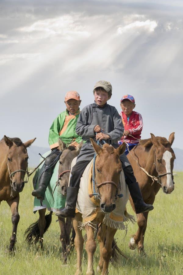 Молодые жокеи в Mongolie стоковые фотографии rf