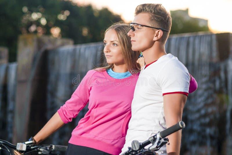 Молодые кавказские пары с горными велосипедами стоковые изображения rf