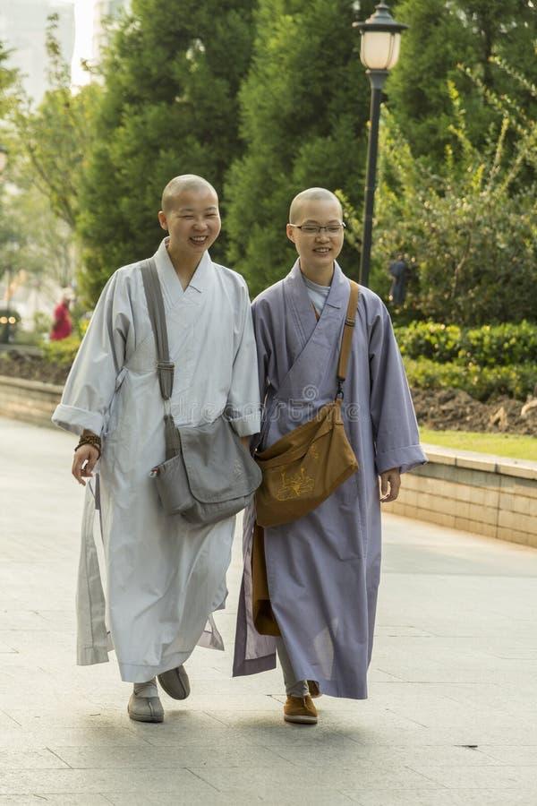 Молодые китайские буддийские женские монахи стоковые фотографии rf