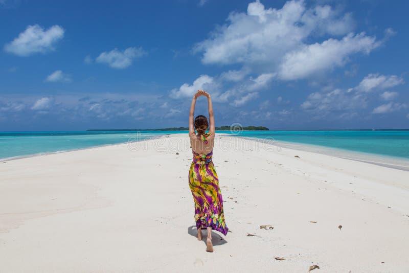 Молодые красивейшие женщины на солнечном тропическом пляже стоковые фото