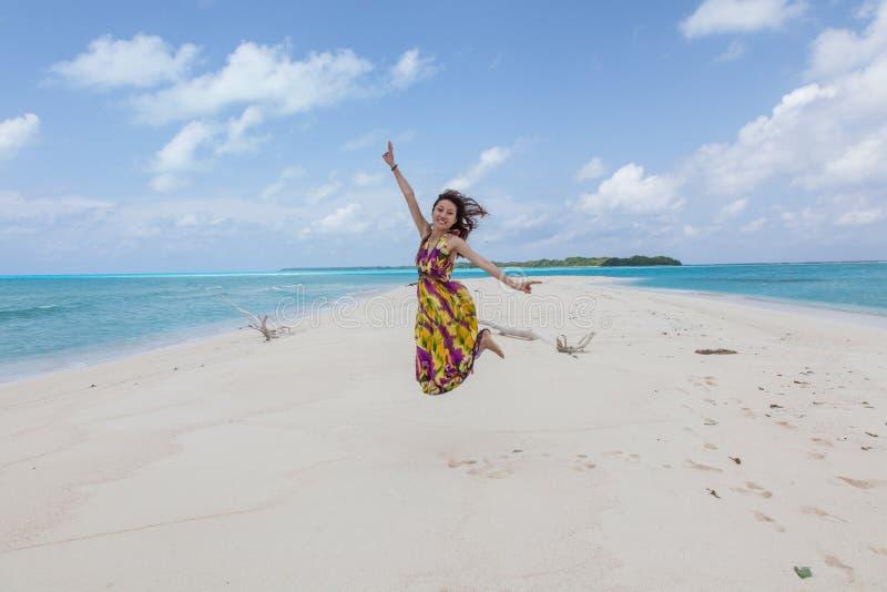 Молодые красивейшие женщины на солнечном тропическом пляже стоковое изображение rf