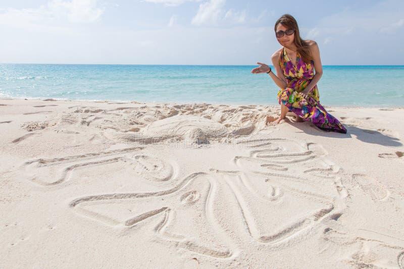 Молодые красивейшие женщины на солнечном тропическом пляже стоковое фото