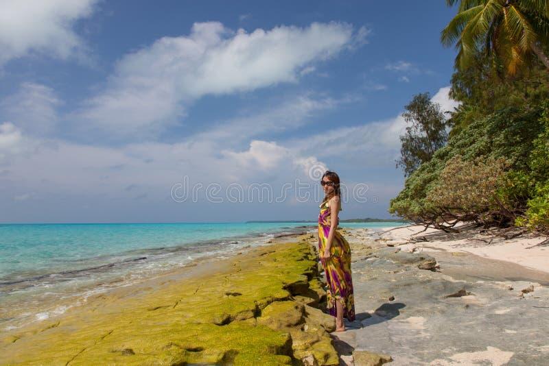 Молодые красивейшие женщины на солнечном тропическом пляже стоковые изображения