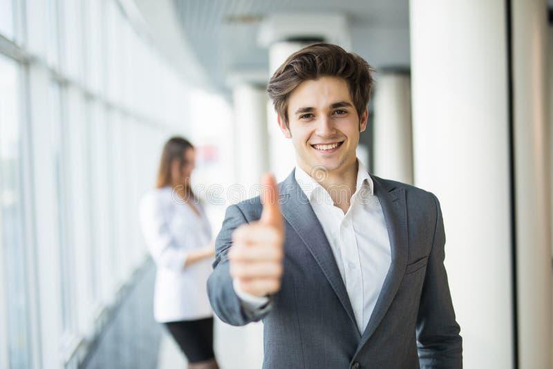 Молодые красивые большие пальцы руки бизнесмена вверх перед бизнес-леди команда мегафона человека повелительницы кофе дела стоковое фото rf