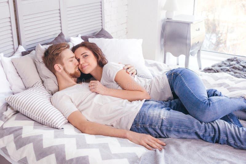 Молодые любящие пары в кровати стоковая фотография