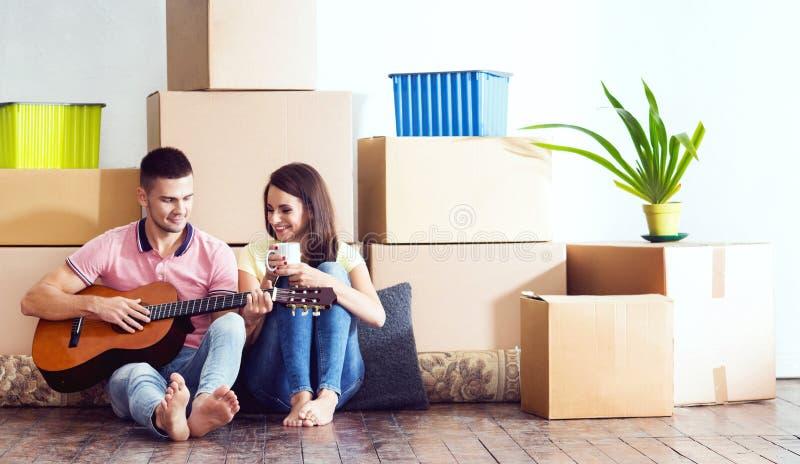 Молодые любящие пары двигая к новому дому Концепция дома и семьи стоковые фотографии rf